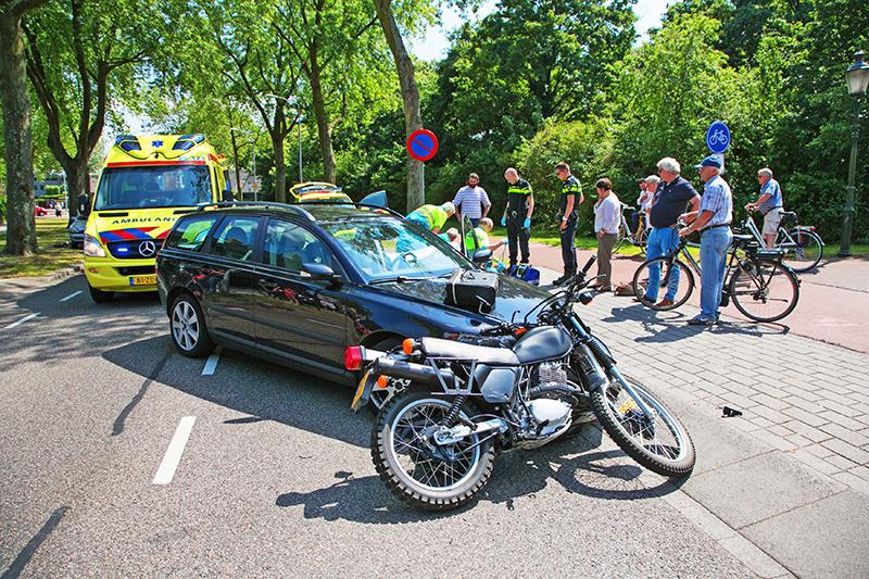 Om 14.30 uur ontstond er een ongeval letsel op de Baanbergenweg in Huizen. Een automobiliste, welke linksaf de Hellingstaat op wilde rijden zag een tegemoetkomende motorrijder over het hoofd, met een frontale botsing tot gevolg. De motorrijder kwam via de motorkap en het autoraam op het wegdek terecht. Het slachtoffer op de motor is met nog onbekend letsel naar een ziekenhuis vervoerd. Meer info bij de politie.