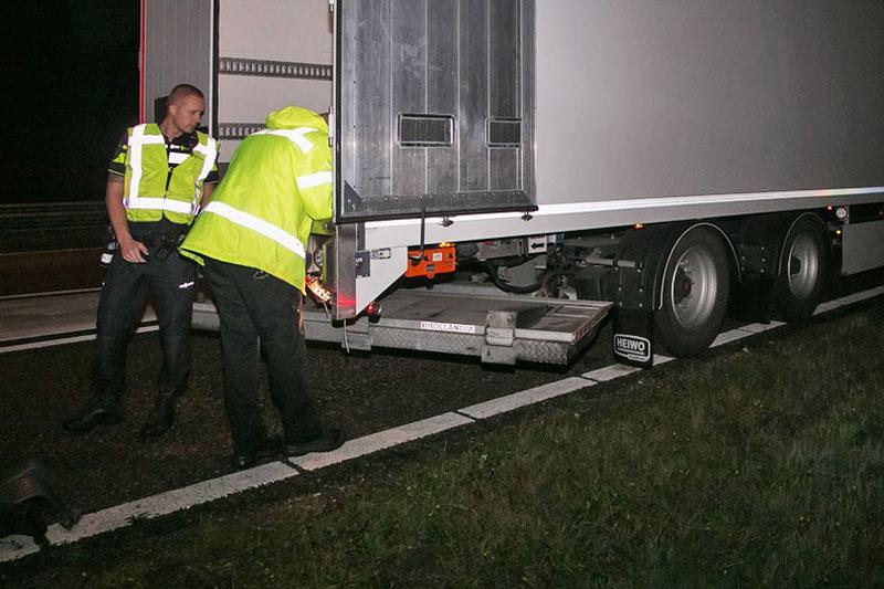 Rond 20.15 uur ontstond er net voor de afslag Hilversum op de A27 (Utrecht - Eemnes) een ongeval tussen een personenauto en een truck. Door nog onbekende oorzaak, botste de personenauto achter op de truck met oplegger en kwam deels, onder de laadklep. De bestuurster van de personenauto raakte de macht over het stuur kwijt en kwam zwaar beschadigt tot stilstand in een droge greppel. De truck is onder politie begeleiding van de A27 gehaald met een loshangende laadklep onder de trailer. Beide inzittende van de personenauto en de trucker kwamen met de schrik vrij. Meer info bij de politie