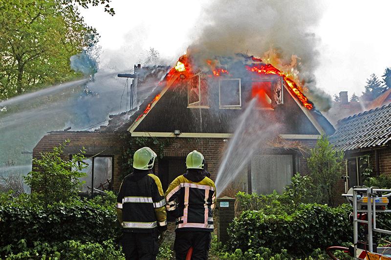 LAREN 18-06-2010 In een leegstaande woning aan de Noorderheide in Laren is vanochtend rond 05.00 uur een fikse brand uitgebroken.De brandweer heeft het pand gecontroleerd uit laten branden. Er zijn geen slachtoffers gevallen. De oorzaak van de brand is nog onbekend.