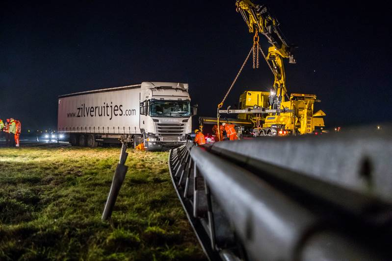 vrachtwagen-in-de-berm-a27_29nov2016_4547-bastiaan-miche