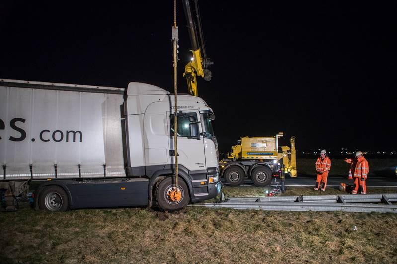 vrachtwagen-in-de-berm-a27_29nov2016_4706-bastiaan-miche
