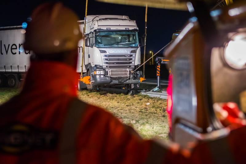 vrachtwagen-in-de-berm-a27_29nov2016_4711-bastiaan-miche