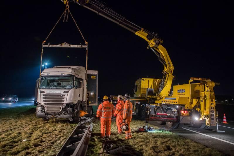 vrachtwagen-in-de-berm-a27_29nov2016_4719-bastiaan-miche