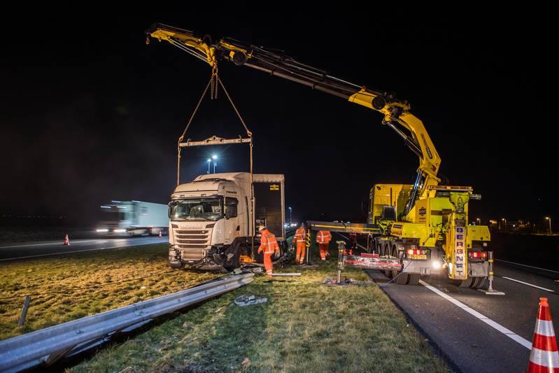 vrachtwagen-in-de-berm-a27_29nov2016_4744-bastiaan-miche