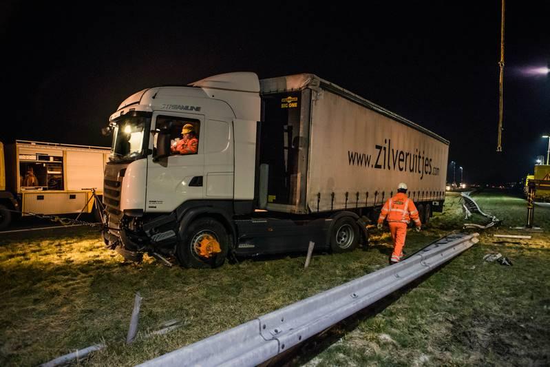 vrachtwagen-in-de-berm-a27_29nov2016_4776-bastiaan-miche